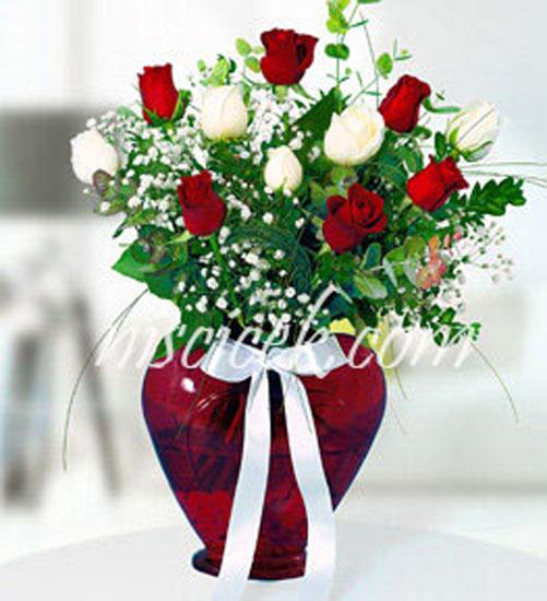 Kalpli Cam Vazoda 6 Kırmızı,6 Beyaz Gül,Cipsofilya ve İthal Yeşillikler - Ürün Kodu:560
