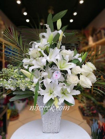 Seramikte Lilyum,5 Beyaz Gül,Şebboy ve İthal Yeşillikler - Ürün Kodu:450
