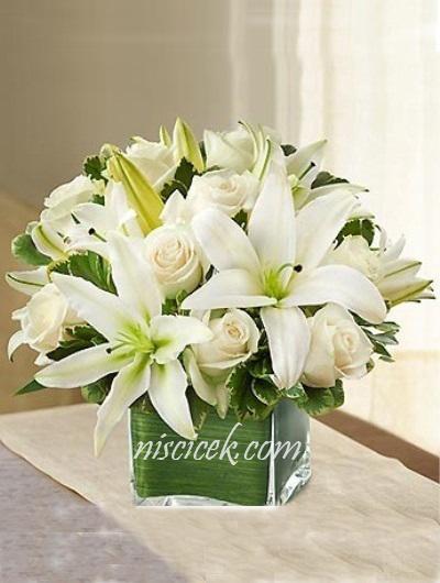 Cam Kare Vazoda Beyaz Gül,Lilyumlar ve Yeşillikler - Ürün Kodu:468