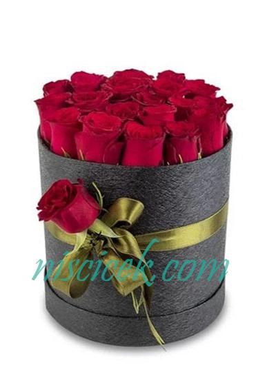 Siyah Kutuda Kırmızı Güller