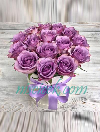 Beyaz Kutuda Lila Güller