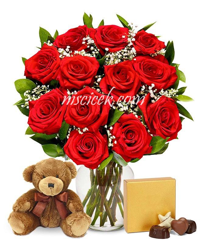 Cam Vazoda 12 İthal Kırmızı Gül,Cipsofilya,Ayıcık ve Çikolata - Ürün Kodu:585