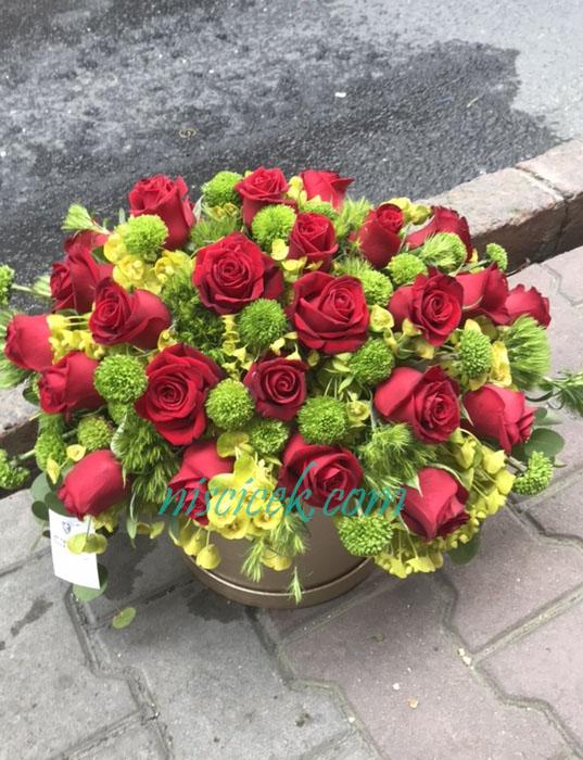 Kutuda 25 Adet Kırmızı Gül ve Yeşillikler