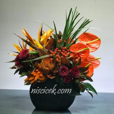 Seramikte Kırmızı Gül,İsterçe,Antoryum ve Kuru Çiçekler - Ürün Kodu:478
