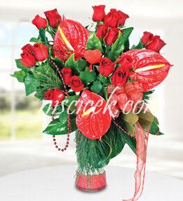 Cam Vazoda Kırmızı Gül,Antoryum ve İthal Yeşillikler - Ürün Kodu:499