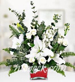 Cam Vazoda 7 Beyaz Gül,Lilyum,Okaliptus ve İthal Yeşillikler - Ürün Kodu:503