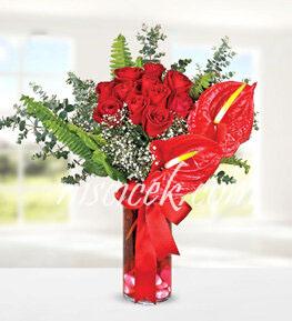 Cam Vazoda 11 Kırmızı Gül,Antoryum,Cipsofilya ve İthal Yeşillikler - Ürün Kodu:505