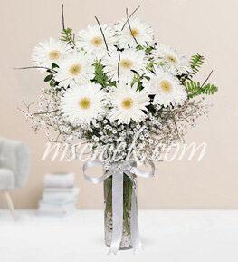 Cam Vazoda Beyaz Gerbera ve İthal Yeşillikler - Ürün Kodu:516