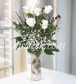 Cam Vazoda 5 Beyaz Gül,Cipsofilya ve İthal Yeşillikler - Ürün Kodu:518