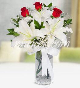 Cam Vazoda 3 Kırmızı Gül,Lilyum,Cipsofilya ve İthal Yeşillikler - Ürün Kodu:529