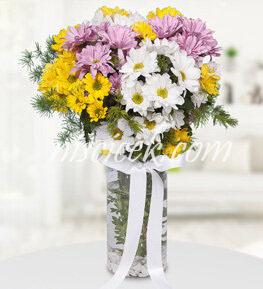 Cam Vazoda Renkli Mevsim Çiçekleri ve İthal Yeşillikler - Ürün Kodu:540