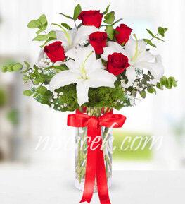 Cam Vazoda 5 Kırmızı Gül,Lilyum,Cipsofilya ve Okaliptus - Ürün Kodu:541