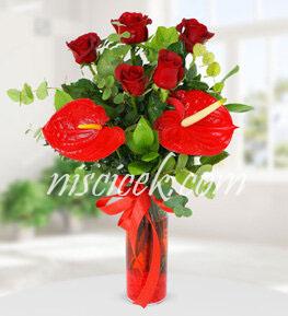 Cam Vazoda 5 Kırmızı Gül,Antoryum ve İthal Yeşillikler - Ürün Kodu:544