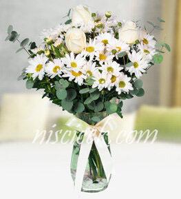 Cam Vazoda 3 Beyaz Gül,Beyaz Kır Çiçekleri ve Okaliptus - Ürün Kodu:545