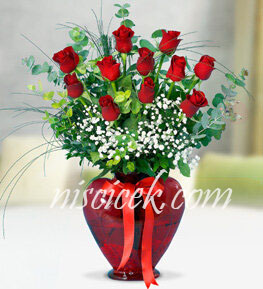Kalpli Cam Vazoda 11 Kırmızı Gül,Okaliptus ve Cipsofilya - Ürün Kodu:552