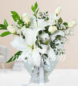 Kalpli Cam Vazoda 5 Beyaz Gül,Lilyum,Cipsofilya ve İthal Yeşillikler - Ürün Kodu:556