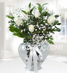Kalpli Cam Vazoda 5 Beyaz Gül,Cipsofilya ve İthal Yeşillikler - Ürün Kodu:558