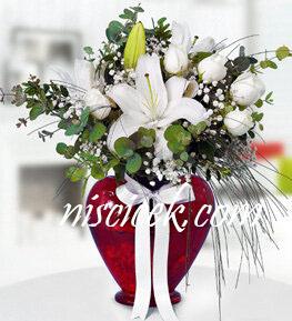 Kalpli Cam Vazoda 7 Beyaz Gül,Lilyum,Okaliptus,Cipsofilya ve İthal Yeşillikler - Ürün Kodu:559