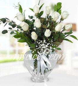 Kalpli Cam Vazoda 11 Beyaz Gül,Cipsofilya,Okaliptus ve İthal Yeşillikler - Ürün Kodu:562