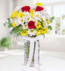 Cam Vazoda 3 Kırmızı Gül,Renkli Mevsim Çiçekleri ve İthal Yeşillik - Ürün Kodu:569