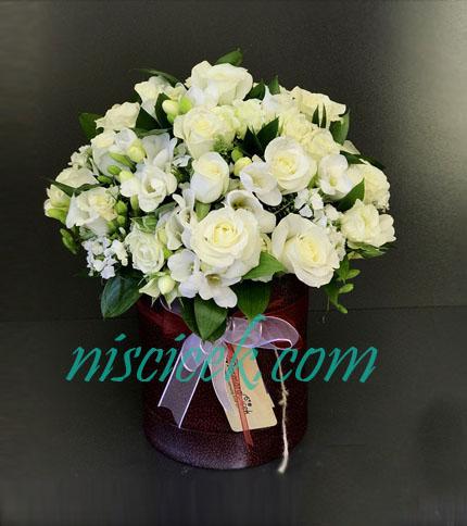 Kutuda Beyaz Güller ve Mevsim Çiçekleri